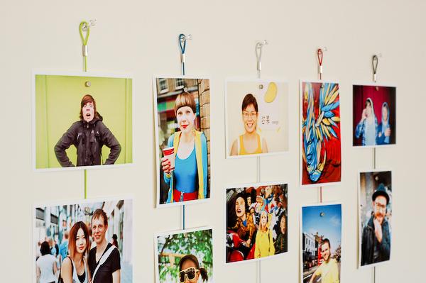 Как красиво украсить стену фотографиями без рамок своими руками